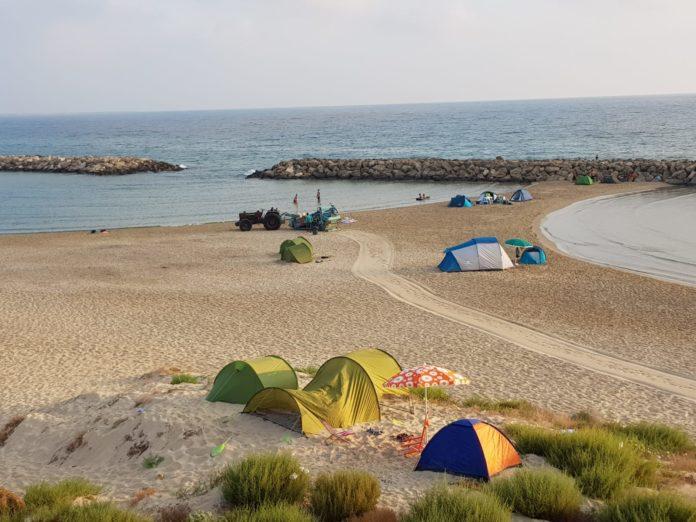 Campo di Mare 1 – Brindisi 0: distribuiti sacchetti per la notte di S. Lorenzo e la spiaggia resta pulita
